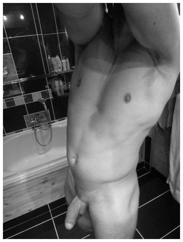 Jeune coquine nue dans sa salle de bain - Voyeur